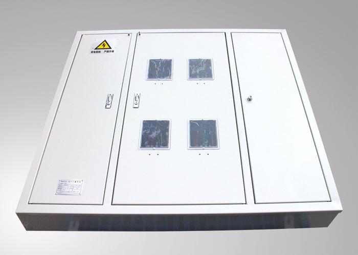 用户计量表箱(DJK) a.产品概述 DJK型低压计量箱,适用于公寓式建筑及办公写字楼用电的电能集中计量管理,可跟设计需要安装智能型电能表,实现计算机管理,并可安装遥测、遥讯设备,可实现远距离后台电能信息采集与监控终端。产品符合GB7251.3-2006国家标准。 b.结构特点  计量箱箱体裁量主要分为金属和非金属两大类。金属壳计量箱采用镀锌冷轧钢板或不锈钢板制作,其中不锈钢板采用无磁性不锈钢。非金属计量箱选用不饱和聚酯玻璃纤维增强模塑模压成型或其他性能相近的材料;  计量箱根据安装方式一般分为嵌入式